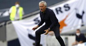Pelatih Tottenham Hotspur, Jose Mourinho, memberikan arahan kepada anak asuhnya saat melawan Arsenal pada laga Premier League di London, Minggu (12/7/2020). Tottenham Hotspur menang 2-1 atas Arsenal.