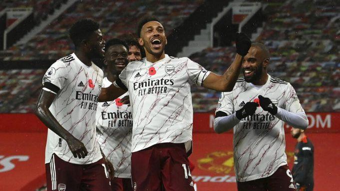 Pemain Arsenal Pierre-Emerick Aubameyang melakukan selebrasi usai mencetak gol ke gawang Manchester United pada pertandingan Liga Premier Inggris di Stadion Old Trafford, Manchester, Inggris, Minggu (1/11/2020). Arsenal menang 2-0