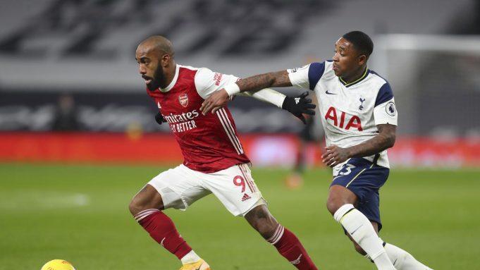 Penyerang Arsenal, Alexandre Lacazette (kiri) membawa bola dari kawalan penyerang Tottenham Hotspur, Steven Bergwijn pada pertandingan lanjutan Liga Inggris di Tottenham Hotspur Stadium di London, Inggris , Minggu (7/12/2020). Tottenham menang 2-0.