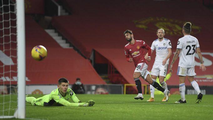 Bruno Fernandes mencetak gol ketiga pada pertandingan sepak bola Liga Inggris antara Manchester United dan Leeds United di stadion Old Trafford di Manchester, Inggris, Minggu 20 Desember 2020.
