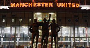 Suasana di luar kandang Manchester United (MU), Old Trafford.