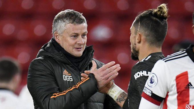 Manajer Manchester United, Ole Gunnar Solskjaer (kiri), memberi selamat pemainnya, bek Alex Telles, usai laga lanjutan Liga Inggris 2020/21 pekan ke-13 melawan Sheffield United di Bramall Lane, Sheffield, Kamis (17/12/2020). Manchester United menang 3-2 atas Sheffield United.