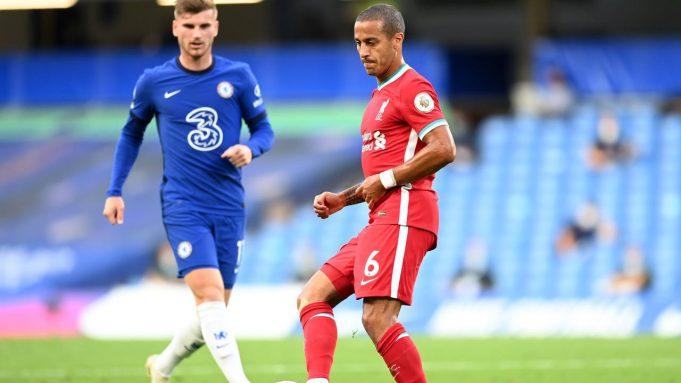 Penampilan pemain anyar Liverpool, Thiago Alcantara (kanan), dan gelandang Chelsea, Timo Werner, pada pertandingan Liga Inggris di Stamford Bridge, Minggu (20/9/2020).