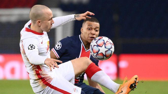 Striker Paris Saint Germain, Kylian Mbappe (kanan), berebut bola dengan bek RB Leipzig, Angelino, dalam laga lanjutan Liga Champions 2020/21 di Parc des Princes Stadium, Paris, Rabu (25/11/2020). PSG mengalahkan Leipzig dengan skor 1-0.