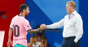Striker Barcelona, Lionel Messi, berjabat tangan dengan pelatih Ronald Koeman saat melawan Girona pada laga uji coba di Stadion Johan Cruyff, Barcelona, Kamis (17/9/2020). Barcelona menang 3-1 atas Girona.