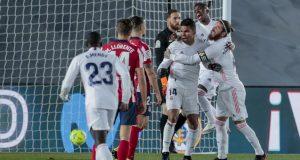 Gelandang Real Madrid, Casemiro (tengah) berselebrasi usai mencetak gol ke gawang Atletico Madrid pada pertandingan La Liga Spanyol di stadion Alfredo Di Stefano, Spanyol, Minggu (13/12/2020). Madrid menang atas Atletico 2-0