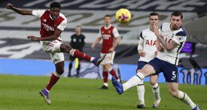 Gelandang Arsenal, Thomas Partey menembak bola dari kawalan bek Totttenham Hotspur, Emile Hojbjerg pada pertandingan lanjutan Liga Inggris di Tottenham Hotspur Stadium di London, Inggris , Minggu (7/12/2020). Tottenham menang 2-0.