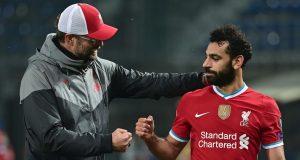 Pelatih Liverpool, Jurgen Klopp, memberikan selamat kepada Mohamed Salah usai timnya meraih kemenangan atas Atalanta pada laga lanjutan Liga Champions 2020/2021 di Gewiss Stadium, Rabu (4/11/2020) dini hari WIB. Liverpool menang 5-0 atas Atalanta