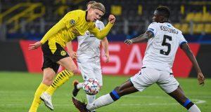 Penyerang Borussia Dortmund, Erling Braut Haaland, berebut bola dengan bek Club Brugge, Odilon Kossounou, pada laga lanjutan Liga Champions di Signal Iduna Park, Rabu (25/11/2020) dini hari WIB. Borussia Dortmund menang 3-0 atas Club Brugge.