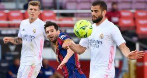 Penyerang Barccelona, Lionel Messi, berebut bola dengan bek Real Madrid, Nacho Fernandez, pada laga lanjutan Liga Spanyol di Camp Nou Stadion, Sabtu (24/10/2020) malam WIB. Real Madrid menang 3-1 atas Barcelona.