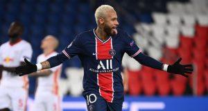 Striker Paris Saint Germain, Neymar, merayakan gol yang dibuatnya melalui eksekusi penalti dalam laga lanjutan Liga Champions 2020/21 melawan RB Leipzig di Parc des Princes Stadium, Paris, Rabu (25/11/2020). PSG mengalahkan Leipzig dengan skor 1-0.