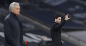 Pelatih Arsenal, Mikel Arteta, memberikan arahan kepada anak asuhnya saat melawan Tottenham Hotspur pada laga Liga Inggris di London, Minggu (6/12/2020). Tottenham menang dengan skor 2-0