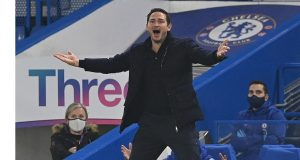 Pelatih Chelsea, Frank Lampard, tampak tidak puas dengan keputusan wasit dalam laga lanjutan Liga Inggris 2020/21 di Stamford Bridge, Minggu (29/11/2020) waktu setempat. Chelsea bermain imbang 1-1 dengan Tottenham